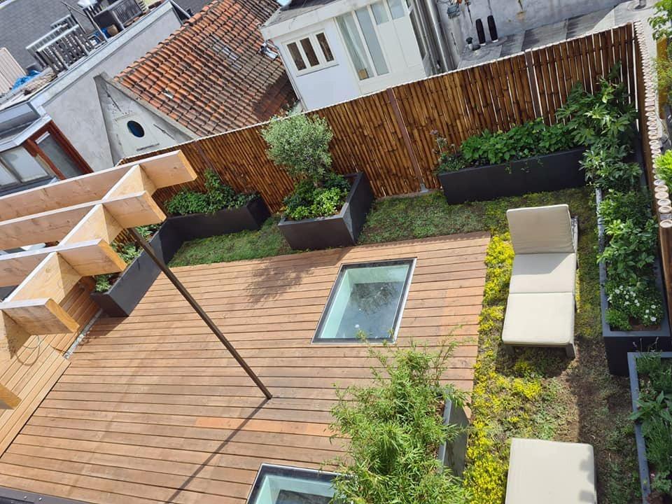 Voorbeeld van een aangelegd dakterras met pergola, vlonders, plantenbakken, schuttingen en sedum.
